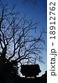 枯れ木と寺 18912762