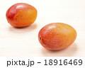 木の板の上のマンゴーの実 18916469