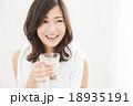 ポートレート 水を飲む若い女性 18935191