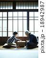 将棋をする祖父と孫 18942987