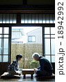 将棋をする祖父と孫 18942992