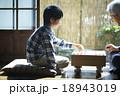 おじいちゃんと将棋を指す孫 18943019