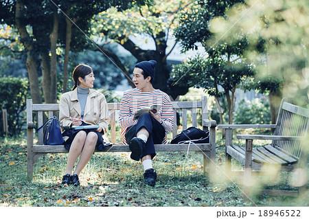 ベンチに座るカップル 18946522