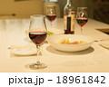 グラス 赤ワイン 食事の写真 18961842