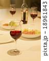 グラス 赤ワイン 食事の写真 18961843