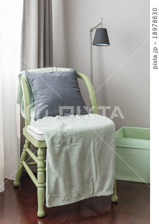 green wooden chair with grey pillow and green blanketの写真素材 [18978630] - PIXTA