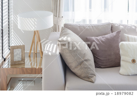 modern style living room with pillows on sofa and modern lamp onの写真素材 [18979082] - PIXTA