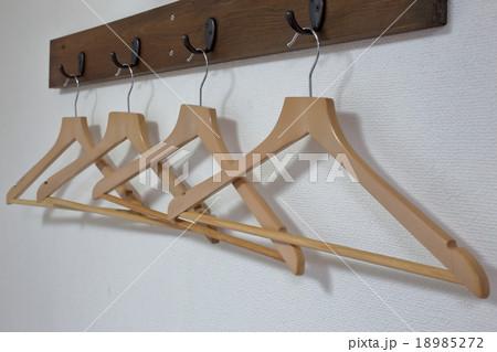 木製ハンガー掛けと木製ハンガーの写真素材 [18985272] - PIXTA