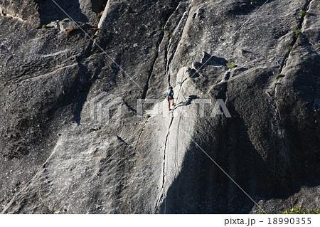 ロッククライミング ヨセミテ国立公園のクライマー 18990355