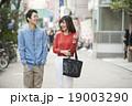 歩く 男女 歩道の写真 19003290