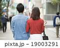 歩く 歩道 カップルの写真 19003291