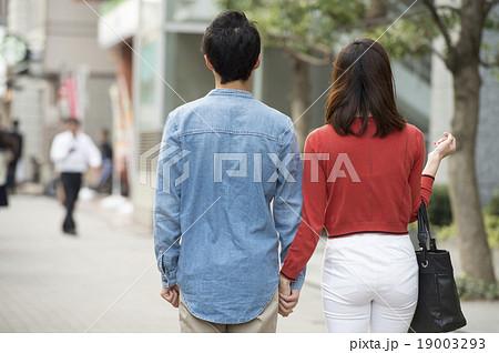 手を繋いで歩く、若いカップル 19003293