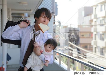 寝坊 遅刻 (男性 赤ちゃん 仕事 スーツ パン 親子 父 娘 寝癖 0歳 サラリーマン) 19009250