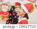 クリスマス サンタクロース 女の子の写真 19017715