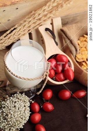 corn flake and milk with fresh cherry tomatoes.の写真素材 [19021862] - PIXTA