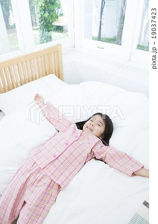 朝の女の子 起床 起きる女の子 寝起き悪い 19037423
