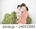 微笑む親子(屋外 庭) 19052994