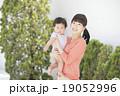 微笑む親子(屋外 庭) 19052996