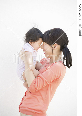 赤ちゃんとママ(抱っこ) 19059225