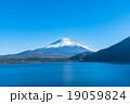 富士山【11月・本栖湖より撮影】 19059824