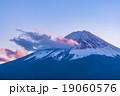 夕暮れの富士山【11月・河口湖より撮影】 19060576