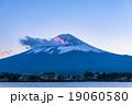 夕暮れの富士山【11月・河口湖より撮影】 19060580