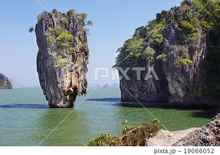 「007黄金銃を持つ男」のロケ地になったタイ王国のプーケットにあるパンガー湾の岩 19066052