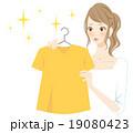 服を選ぶ女性 笑顔 19080423
