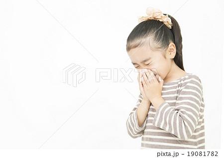 くしゃみをする女の子 小学生 風邪を引く女の子 19081782