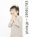 くしゃみをする女の子 小学生 風邪を引く女の子 19081783