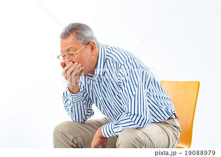 吐き気 気持ち悪い 体調不良 健康関連 男性 おじいちゃん 祖父 シニア シニア世代 19088979