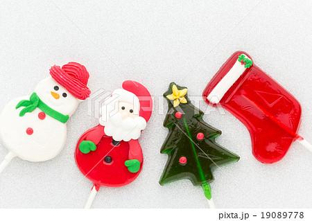 クリスマステーマ・ロリポップキャンディー:サンタ、雪だるま、クリスマスツリー、ソックスの写真素材 [19089778] - PIXTA