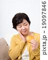 シニアの女性(煎餅) 19097846