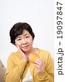 シニアの女性(煎餅) 19097847