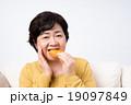 シニアの女性(煎餅) 19097849