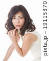 女性 若い ウェーブヘアの写真 19115370