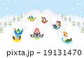 そり遊びをする子供達 雪山 19131470
