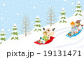 そり遊びする子供達 雪斜面 19131471