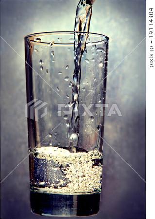 Liquid pouring in glass on grunge background.の写真素材 [19134304] - PIXTA