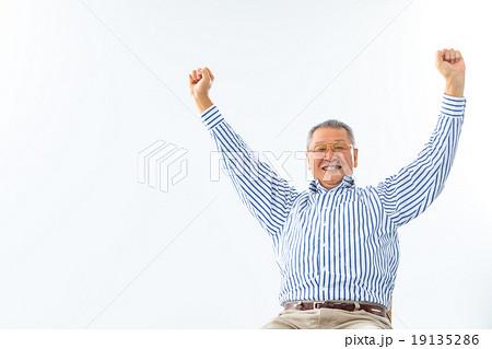 回復 スッキリ 病気が治った 体調不良 健康関連 男性 おじいちゃん 祖父 シニア シニア世代 19135286
