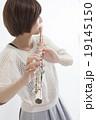 フルートを吹く女性 19145150
