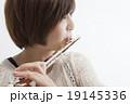フルートを吹く女性 19145336