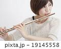 フルートを吹く女性 19145558
