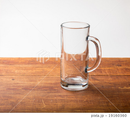 Empty beer mug on woodの写真素材 [19160360] - PIXTA