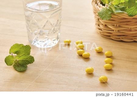 サプリメントと水の写真素材 [19160441] - PIXTA