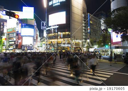 人々で大混雑する渋谷スクランブル交差点 夜景 スローシャッター 19170605