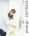 果物を洗う20代女性 19176310