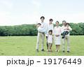 家族7人屋外ポートレート 19176449