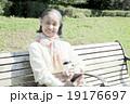 ベンチでくつろぐ60代女性 19176697