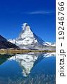 スイス リッフェル湖と逆さマッターホルン 19246766